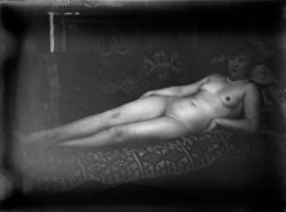 Ernst Ludwig Kirchner: Elisabeth Hembus als liegender Akt im Wildbodenhaus, ca. 1930. Glasnegativ; Kirchner Museum Davos, Schenkung Nachlass Ernst Ludwig Kirchner 1992