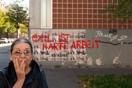 Nil Yalter: Exile Is a Hard Job / Walls, 2018. Acryl auf Offset-Druck im öffentlichen Raum. Vietorstraße, Köln, Kalk; © Nil Yalter, Foto: Henning Krause