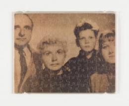 Felix Gonzalez-Torres (1957-1996): Untitled (Klaus Barbie as a Family Man), 1988. Mixed Media. 19 x 24,2 cm, Fotoabzug auf Puzzle, Plastikhülle; Photo: Lance Brewer. © Felix Gonzalez-Torres, Courtesy of The Felix Gonzalez-Torres Foundation