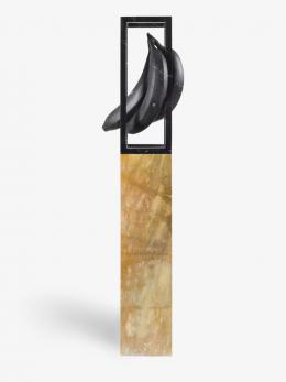Claudia Comte, Suspended Marble Banana (Study), 2019, Schwarzer Marquinia Marmor, 84 x 51.5 x 40 cm; Sockel, 120 x 24.7 x 31 cm © König Galerie, Berlin/London/Seoul