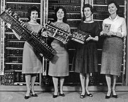Hysterical Mining Frauen präsentieren Teile der ersten vier Armeecomputer. v.l.n.r: Patsy Simmers (Mathematikerin/Programmiererin), hält ENIAC; Frau Gail Taylor, hält EDVAC; Frau Milly Beck, hält ORDVAC; Frau Norma Stec (Mathematikerin/Programmiererin), hält BRLESC-I, 1962 Aus den Archiven der Technischen Bibliothek der ARL. Historische Computerbilder Foto © U.S. Army Photo