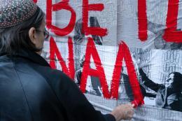 Nil Yalter: Exile Is a Hard Job / Walls, 2018. Acryl auf Offset-Druck im öffentlichen Raum. Wetzlarer Straße, Köln, Kalk; © Nil Yalter, Foto: Henning Krause