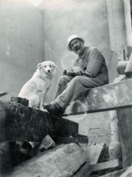 Constantin Brâncusi, Selbstporträt mit Polaire, ca. 1925, Silbergelatineabzug, 23,5 x 17,5 cm, Courtesy of Grob Gallery © Succession Brancusi - all rights reserved / 2020 / 2021 ProLitteris, Zürich