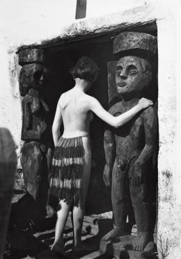 Ernst Ludwig Kirchner: Nina Hard vor dem Eingang des Hauses In den Lärchen, Sommer 1921. Glasnegativ; Kirchner Museum Davos, Schenkung Nachlass Ernst Ludwig Kirchner 1992