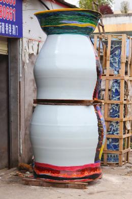 Uli Aigner: One Million – Item 2361. 3-teilig / Aufglasurmalerei / Höhe 230 cm, Durchmesser 113 cm / Rückseite ohne Henkel; Uli Aigner 2017, © Wang Qi