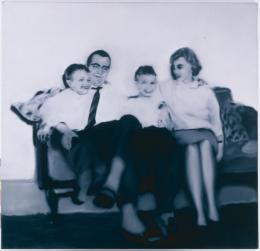 Gerhard Richter (*1932): Familie Schmidt, 1964. Öl auf Leinwand, 125 x 130 cm; © Gerhard Richter 2019 (28062019). Sammlung Sohst in der Hamburger Kunsthalle; Foto: Elke Walford