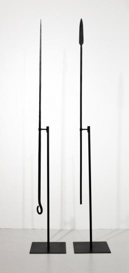 Nikita Kadan, Tiger's Leap, 2018, Zwei Speere, Eisen, je 190 cm, Foto: courtesy of the artist und Jérôme Poggi gallery, Paris