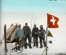 Die Expeditionsmitglieder während der Überquerung (von links): Der Arzt Hans Hössli, der Architekt Roderich Fick, der Ingenieur Karl Gaule und der Expeditionsleiter Alfred de Quervain. © ETH Bibliothek, Bildarchiv