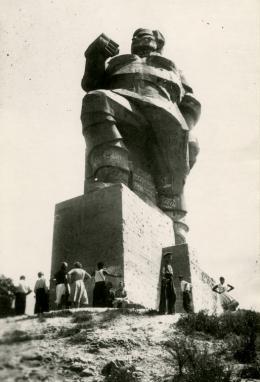Iwan Kawaleridse, Denkmal für Artjom / Monument to Artyom, 1927, Swjatohirsk, Ukraine S/W-Fotografie, 12 x 18 cm, ca. 1962, Foto: Digitale Kopie, Courtesy National Film Archive, Prag