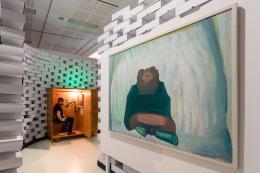 """Blick in die Ausstellung, vorbei an Maria Lassnigs """"Selbstporträt mit Stelzfüßen"""", 1969, auf Hannes Eggers """"Memory"""", 2016  © Wolfgang Lackner"""