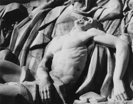 Andy Warhol, Pietà relief sculpture, 1976 / 1986, Silbergelatine-Print, 25,8 x 35,5 cm.  Copyright: Musée national d'art moderne/Centre de création industrielle © The Andy Warhol Foundation for the Visual Arts, Inc. / 2020, ProLitteris, Zurich