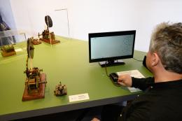 Mit einem Morsegerät senden die Besucherinnen und Besucher den S.O.S.-Notruf der Titanic aus.  © Wolfgang Lackner