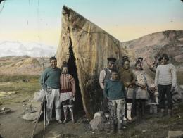 Inuit-Familie an der Ostküste Grönlands vor dem Sommerzelt, 1912. © ETH Bibliothek, Bildarchiv