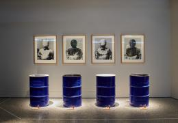 Roman Signer, Porträt-Galerie, 1993. 4 Fotos, 4 Ölfässer, 4 Klingelknöpfe, 4 Batterien © Kunsthaus Zug, Schenkung Peter und Christine Kamm, Inv.-Nr. 1030.1-16. Foto: Schweizerisches Nationalmuseum