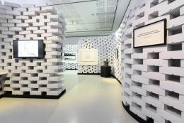 Zeitgenössische Kunst tritt in der Ausstellung mit 25 Textplakaten in Dialog. Die Ausstellungsarchitektur beinhaltet rund 8.000 Archivschachteln, die nach der Ausstellung wieder verwendet werden.  © Wolfgang Lackner