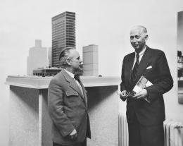 """Erich Boltenstern vor dem Lever Building in der Ausstellung """"Moderne Kunst aus USA"""", Secession, Wien, 1956 (c) Architekturzentrum Wien, Sammlung, Nachlass Herbert Thurner"""
