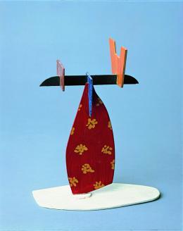 Meret Oppenheim (1913-1985), Bauernfrau, auf dem Kopf einen Korb tragend, 1960 Ölfarbe auf ausgesägtem Holz, 25 x 20 x 8 cm, Kunstmuseum Bern, Legat Meret Oppenheim © 2021, ProLitteris, Zürich Foto: Kunstmuseum Bern