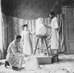 Teresa Feodorowna Ries beim Bildhauerei-Studium, kurz vor 1900 Foto: Nachlass Teresa Feodorowna Ries Im Besitz von Valerie Habsburg.