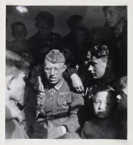 Wehrmachtsmitglied umgeben von einer Gruppe Kindern, 1933-34 / Member of the Wehrmacht surrounded by a group of children, 1933-34 s/w Fotografie / b/w photo Photo © mumok Museum moderner Kunst Stiftung Ludwig Wien, Schenkung / donation from Michael Merighi