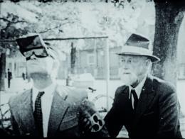 Theodor Erismann und Ivo Kohler, Die Umkehrbrille und das aufrechte Sehen. Mikrofilm Dr. H. Pacher & Co. am Institut für experimentelle Psychologie der Universität Innsbruck (1950). Frame aus Stummfilm, bereitgestellt durch die Technische Informationsbibliothek (TIB)
