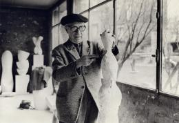 Hans Arp in seinem Atelier, Clamart, 1961/62, Fotograf unbekannt © Stiftung Arp e.V., Berlin/Rolandswerth/2021, ProLitteris, Zürich, Mit freundlicher Genehmigung von Hauser & Wirth