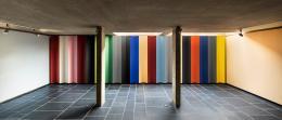 """Pavillon Le Corbusier, Ausstellung """"Le Corbusier und die Farbe"""", Installation mit den 20 Farbtönen der zweiten Salubra-Kollektion """"Le Corbusier"""" von 1959, Foto: Umberto Romito und Ivan Suta, 2021, Museum für Gestaltung Zürich / ZHdK"""