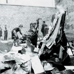 "Marta Minujin, Ausstellung und Aktion ""La destrucción"", Impasse Ronsin, 6. Juni 1963, Foto: Shunk-Kender, Courtesy of the artist"
