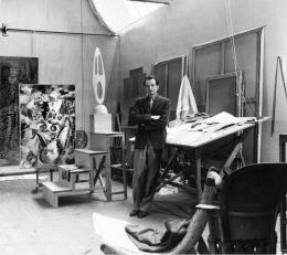 Wolfgang Paalen in seinem Atelier in San Angel, Mexiko / Wolfgang Paalen in his Studio in San Angel, Mexico, 1947 Foto: Walter Reuter, Privatarchiv Andreas Neufert (Copyright Hely Reuter, Mexico)