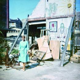 Studentin in der Impasse Ronsin vor einer Wand des ehemaligen Ateliers Brâncuși, 1965 Fotograf_in unbekannt