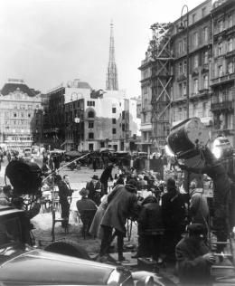 """Dreharbeiten zur Verfilmung von Graham Greenes Roman """"Der dritte Mann"""" (Original: """"The Third Man"""") am Neuen Markt in Wien, 1949 – © Ernst Haas/Österreichische Nationalbibliothek"""
