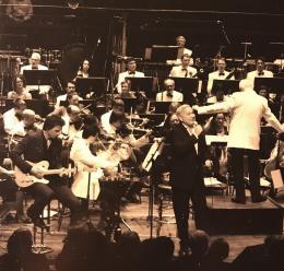35075-35075vomarschderweltaufdiebuehnedesphilharmonischenorchesterskiel.jpg
