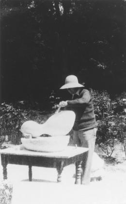 Hans Arp in seinem Garten in Clamart, 1932, Fotograf unbekannt © Stiftung Arp e.V., Berlin/Rolandswerth/2021, ProLitteris, Zürich, Mit freundlicher Genehmigung von Hauser & Wirth