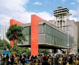 MASP (Museo de Arte de São Paulo). Architektin: Lina Bo Bardi – Fotografiert am Sonntag, wenn die Avenida Paulista für den Verkehr gesperrt ist; © Ciro Miguel 2018