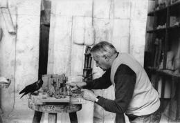 Fritz Wotruba in seinem Atelier bei der Arbeit an einem Tonmodell für das Projekt eines Karmelitinnenklosters in Steinbach bei Wien, 1967 © Belvedere, Wien, Nachlass Fritz Wotruba