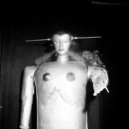 Der Maschinenmensch Sabor des Schweizer Ingenieurs Peter Steurer bei einer Vorführung in Linz, 1952 – © United States Information Service (USIS)/ÖNB, 1952