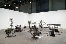 Art Unlimited, Basel: Pedro Reyes, Disarm (Mechanized) II, 2014, Installationsansicht, Installation aus recyceltem Metall, bestehend aus 6 mechanisierten Instrumenten, Masse variable © Pedro Reyes, Courtey Lisson Gallery