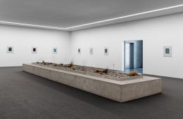 """Camillo Paravicini, Installationsansicht mit """"Bank"""", 2021 (vorne Mitte) © Camillo Paravicini"""