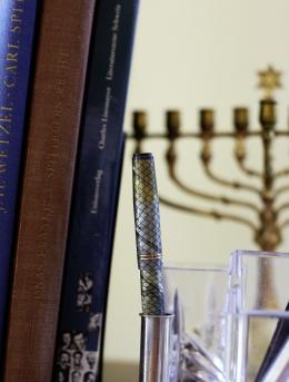 Schreibwerkzeug, Bücher und Chanukkia, ein Leuchter für das jüdische Chanukka-Fest. Foto: Simon Schmid © Schweizerische Nationalbibliothek