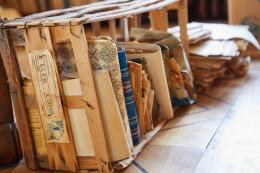 Eine zeittypische Materialsammlung in einer Holzkiste. Foto: Simon Schmid © Schweizerische Nationalbibliothek