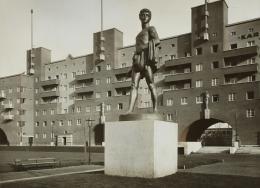 """Karl-Marx-Hof, Ehrenhof mit der Skulptur, """"Der Sämann"""", ca. 1930 Foto: Martin Gerlach jun. © Wien Museum"""