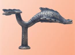 Wagenbeschlag in Form eines Delphins aus St. Margarethen, Foto: Kantonsarchäologie St. Gallen