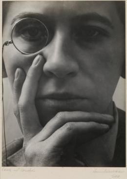 Aenne Biermann: Dame mit Monokel, 1928/29. Silbergelatine-Abzug, 17 x 12,6 cm; Foto: Sibylle Forster. Stiftung Ann und Jürgen Wilde, Pinakothek der Moderne, München