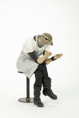 """Alessandro GalloL  """"Passera"""" (""""Spatz"""")  Genua (Italien), 2011  Hart gebrannte Irdenware, modelliert, kalt bemalt,  Hocker: Stahl  H 26 cm, B 12,5 cm, T 23,5 cm  Schenkung aus der Sammlung R. Willems, 2015"""