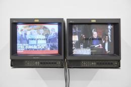 Installationsansicht, Blick auf Gretchen Bender, TV Text and Image (People with aids), 1986–1993, Kunsthalle Basel, 2020. Foto: Philipp Hänger / Kunsthalle Basel