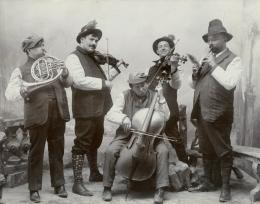 Quintett mit Louis Savart, Horn, Fritz Kreisler, Violine, Arnold Schönberg, Violoncello, Eduard Gärtner, Violine und Karl Redlich, Flöte, Payerbach (1900) © Arnold Schönberg Center, Wien