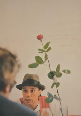 Joseph Beuys: Ohne die Rose tun wir's nicht (Farboffset auf Karton mit handschriftlichem Text, 1972)