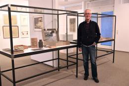 Ausstellungsmacher und Sammler Erhard Witzel vor einer mit Beuys-Objekten prallgefüllten Vitrine (Fotos: Karlheinz Pichler)