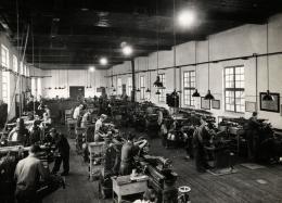 """Werkshalle bei Böhler in Kapfenberg, 1951,  unbekannter Fotograf, Album """"Styrian Chamber of Commerce"""", Sammlung Robert Fürhacker"""