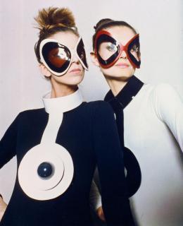 Pierre Cardin: Bullaugen-Sonnenbrillen und Vinylhalsschmuck von Pierre Cardin, 1970. Plexiglas und Vinyl; Archives Pierre Cardin, © Archives Pierre Cardin, Foto: unbekannt