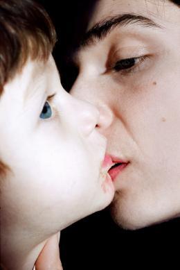 Elinor Carucci, Kissing My Son, 2007 (c) Courtesy Gallery Fifty One.  Foto: Elinor Carucci